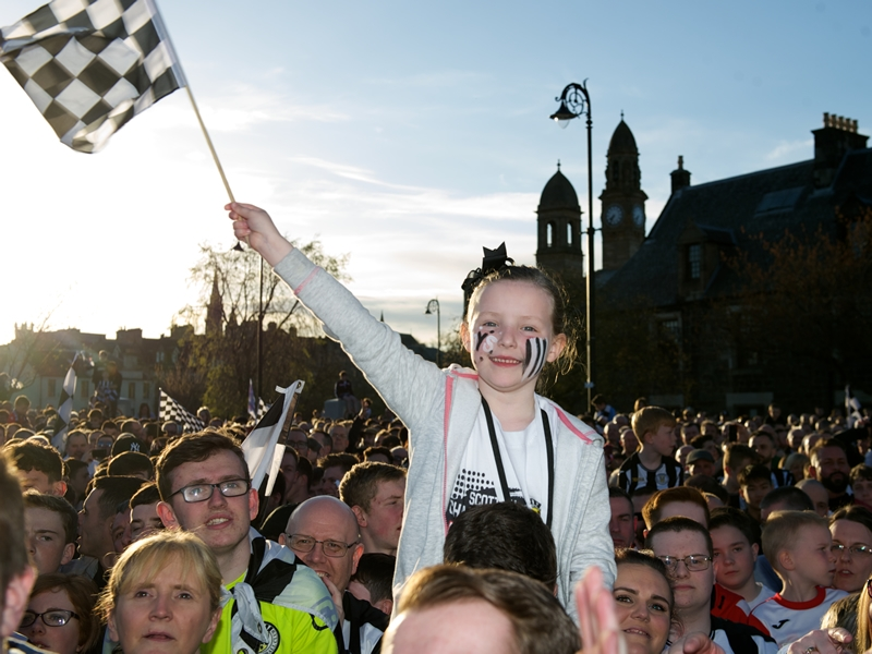 Thousands turn out for St Mirren league trophy parade