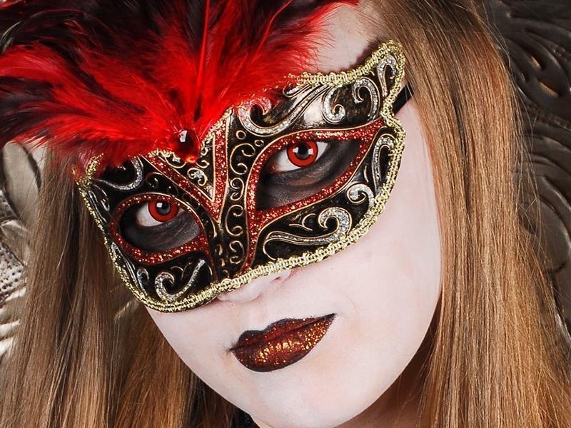La Mascarade Bond 25