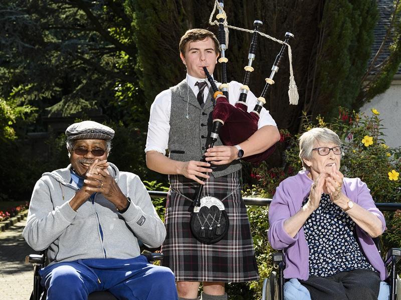 Edinburgh piper fills the walls of care home with Scottish tunes